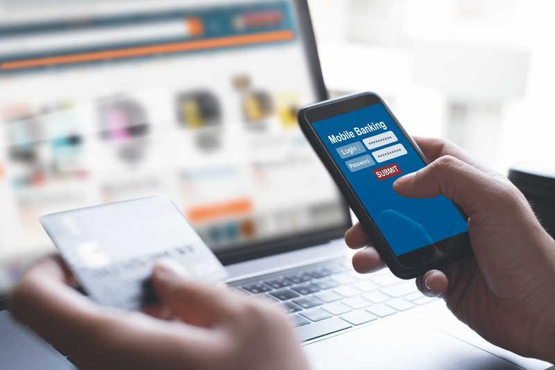 une personne achète sur internet avec son mobile