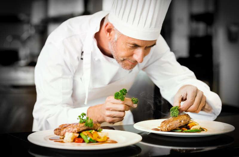 un chef de cuisine en dressage d'assiettes